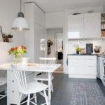 tavolo-con-cassetti-in-cucina-357196