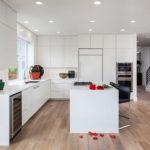 cucina-bianca-moderna-pavimento-legno