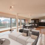 Render_salone_spazioso-attico-con-grande-terrazzo-1